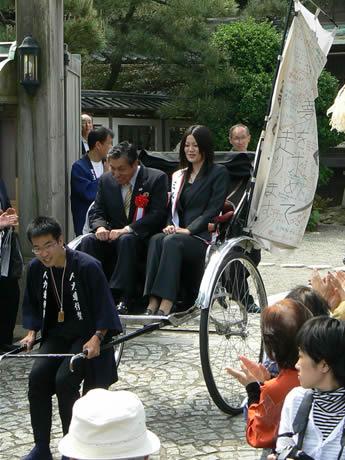 伊勢市二見町から人力車を引いて日本一周の旅に出発する山田祥平さん。初乗りは森下隆生伊勢市長とミス伊勢志摩の西井見佳さん。