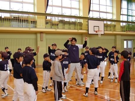 FM三重の番組特別企画「伊勢の国SQUARE 元阪神タイガース三東洋投手が行く熱血『野球教室』」で三重県内の小・中学生の野球チーム1チームの指導にあたる予定。写真は5月11日の市内御薗小学校での「野球教室」の様子。
