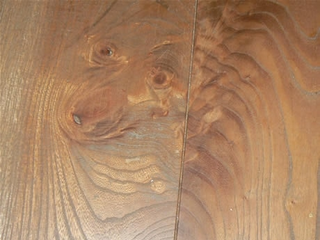 約600年前に本堂が火災で燃えた時、2体の竜が十一面観世音菩薩を体で巻き付けて救い、消火したという伝説を持つ龍池山・松尾観音寺の床板に「竜」出現。