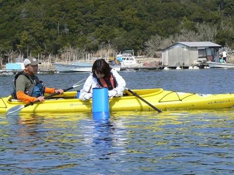 開校3周年記念事業「渚で遊ぼう!ともやま自然体験フェスタ」。志摩自然学校で。写真は英虞湾でのシーカヤック体験。