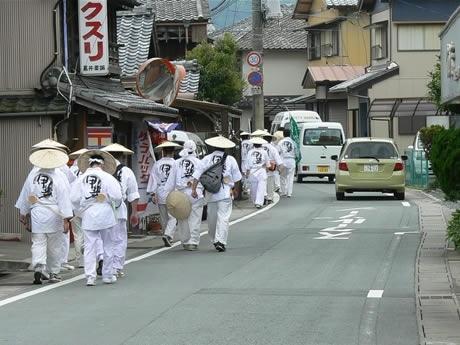 伊勢神宮外宮参拝後古市街道をを歩いて内宮へ向かう神道青年全国協議会メンバー。腰には江戸時代に流行したとされる柄杓を下げている。