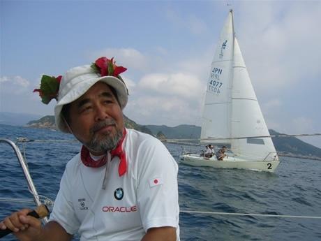 亡くなる前日、「紀州ヨット少年団」の練習で舵を引く元気な二宮隆雄さん。写真提供:今津浩平さん