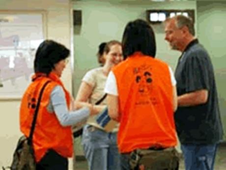鳥羽市駅周辺で観光ガイド、道案内、車いすやベビーカーの無料貸し出しなどを行う。目印はオレンジのジャケット。