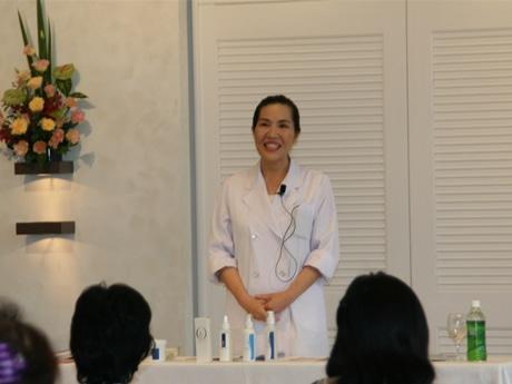 今野華都子さんが教える「一瞬で美顔になるパンスモンマッサージ教室」