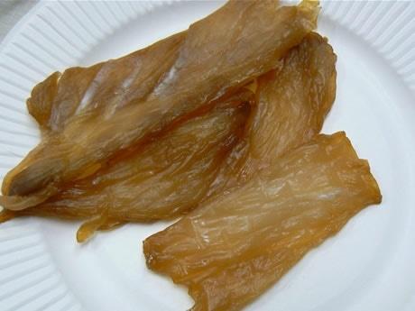 マンボウの干物の味はカワハギに似ているが、食感もあり味わい深い。写真はみりん味。