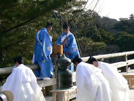 2月2日に執り行われた、宇治橋の守護神・饗土橋姫(あえどはしひめ)神社のお札を外す「万度麻奉下(まんどぬさほうげ)式」。