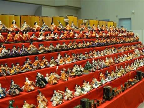 「おひなさまめぐりin二見」二見生涯学習センターの約1,000体の大段飾りのひな人形