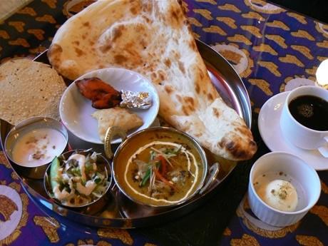 パキスタン・インド料理店「ジャハンギール」志摩店。人気の「タリーセット」(1,470円)。サラダ、パパド、サモサ、タンドリーチキン、カレ-、ナンなどが付く。