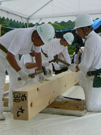 宇治橋の上で行われるコンコン、コンコンと音をたてる木殺し作業が参拝者の目と耳を楽しませる。