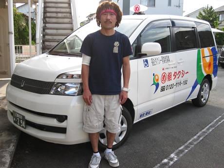 利用者のおじいちゃん、おばあちゃんは初めて見るドレッドヘアに不思議がる。代表者でタクシー乗務員を務める小出浩さん。