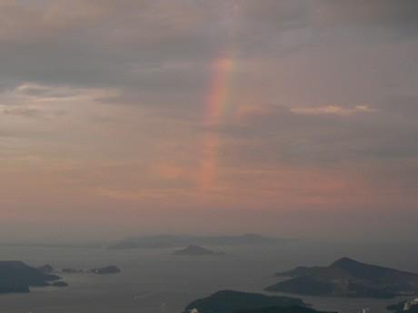 富士山と神島の辺りから志摩半島に虹がかかった。