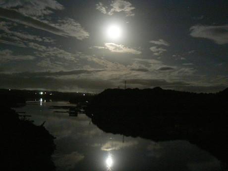 伊勢志摩国立公園の中心地、真珠イカダが浮かぶ英虞湾の真ん中に位置する賢島に美しい月。賢島大橋の上から。