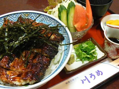 地元客や常連客からの注文が多い「川うめ丼」。ネギや大葉、わさびの相性がさっぱりとおいしいと評判になっている。