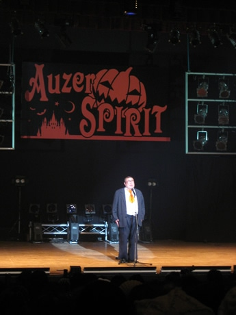 昨年の「Auzer SPIRIT」のステージに立つ芋洗坂係長。大爆笑を誘う。