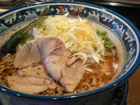 ラーメン店「麺屋黒船」伊勢店の一番人気メニューの「醤油葱麺」(800円)。白ネギを地元明和町産に変えてさらに人気に。