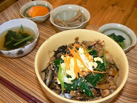 伊勢の「幻の野菜」といわれる「朝熊小菜」を使った丼ランチ。写真は鈴鹿医療科学大学とのコラボで完成した『ヘルシー風邪予防丼』