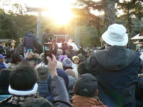 7時40分ごろ、宇治橋と鳥居と太陽が一直線になると、シャッター音とともに、歓声がわき、手を合わせてお祈りする人や涙を流す人もいた。