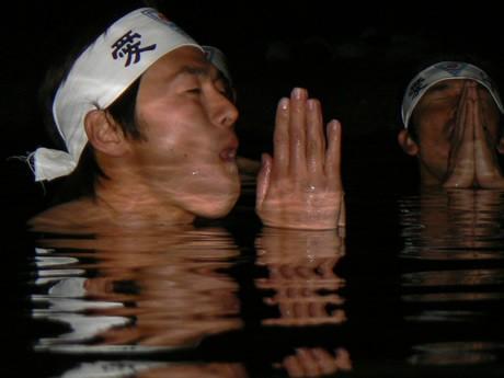 真冬の夜の五十鈴川の水に首までつかる「禊(みそぎ)」。五感で体感する「水行」は「みがく講習会」のもっとも象徴的なプログラムのひとつ。