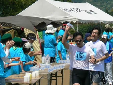 「志摩ロードパーティ ハーフマラソン」でボランティアで活躍するボランティアスタッフ。「ギブアップしそうだったが、ボランティアの人たちがいてくれた給水ポイントで、水と元気をもらったおかげで完走できた――」という感想も。