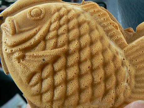 「元祖 目出鯛家」の油を引かないノンオイルタイプのたい焼き。クリームとつぶあんの2種類(120円)