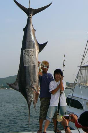 中学2年生13歳の清水美海さんが初参加にもかかわらず99.6キロのクロカワカジキを釣り上げた。鳥羽ビルフィッシュトーナメント国際大会で。