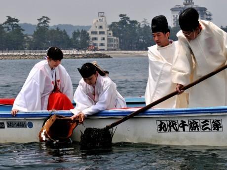 東海・南海地震で海に沈んだご神体「興玉神石」の藻を刈る神事-二見夫婦岩沖で