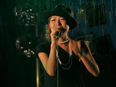 身長144センチの女性歌手、土砂降りのステージで歌い切る-合歓の郷花火大会で