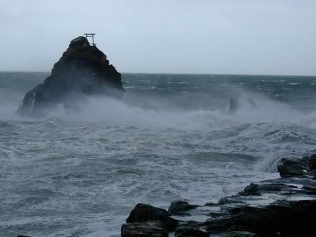 二見夫婦岩のしめ縄切れた-大型でノロノロ台風12号、伊勢志摩にも影響