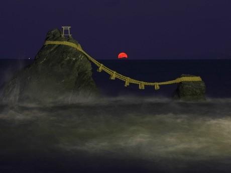 「二見夫婦岩と月と富士山」の撮影に成功-志摩市在住のカメラマン(撮影:結城勇さん)