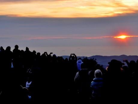 伊勢志摩から元日の朝、3度の「ご来光」-標高555メートルの朝熊ケ岳の展望台で