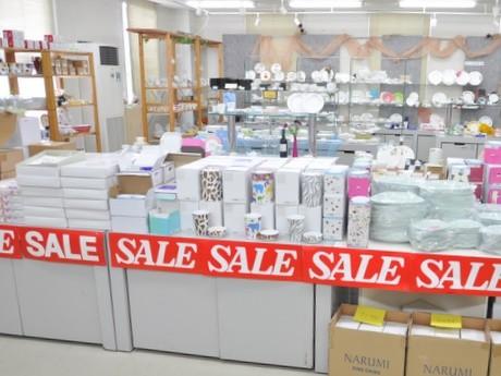 志摩・洋食器ブランド「ナルミ」工場直営アウトレット店で初売り