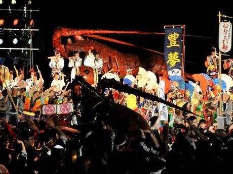 志摩で「伊勢えび祭り」一巨大伊勢エビみこしの登場で会場が一気に盛り上がる