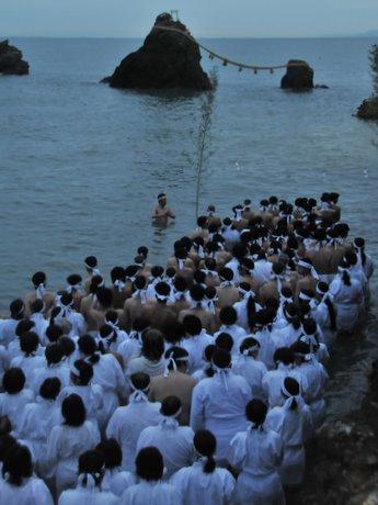 伊勢・二見夫婦岩の海岸でみそぎ-「夏至祭」に約300人がふんどし、白装束姿で