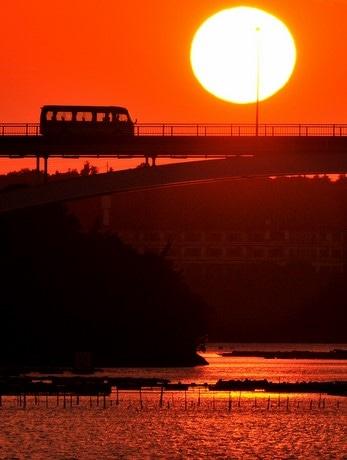 志摩・賢島大橋に沈む夕日見頃にー「日本の夕陽百選」に選ばれた夕日スポット(撮影:泊正徳さん)
