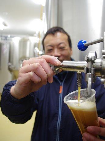 「伊勢角屋麦酒」がプラント増床、1.8倍の生産量に-外国向けビール製造積極的に。熟成の状態を確認する中西正和工場長