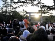 伊勢神宮宇治橋の真ん中から冬至の日に「ご来光」-500人待ち構える