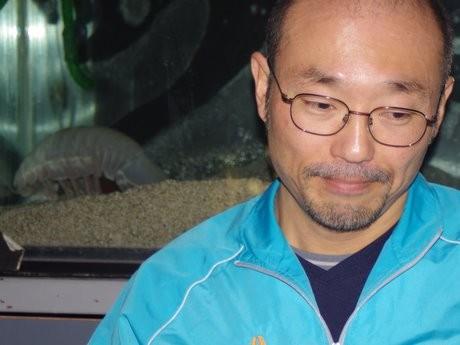 丸4年間絶食記録更新の謎深き深海生物「ダイオウグソクムシ」困惑する鳥羽水族館の飼育員森滝丈也さんに背を向ける「No.1」