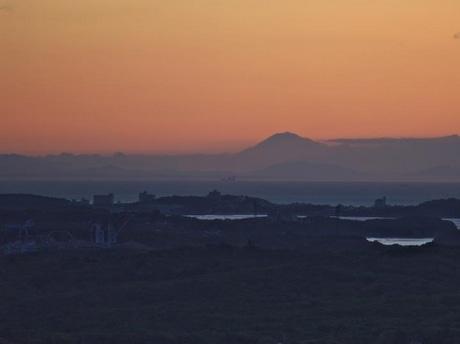 伊勢志摩から200キロ先の世界遺産へ-富士山くっきり撮影。的矢かき養殖で盛んな的矢湾が手前、その奥が伊勢湾
