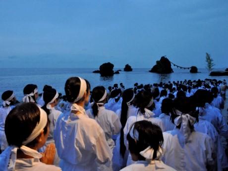 夏至の日に夫婦岩の前の海岸でみそぎ-伊勢・二見興玉神社