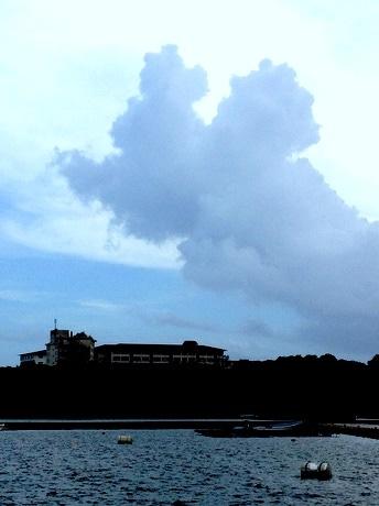 伊勢志摩の上空にミッキーマウス出現-特別な記念日にビジュアル化?写真はコントラストを際立たせてみた