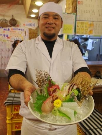 伊勢に志摩産の新鮮な魚介類を提供する大衆食堂「ぱせぷしょん2」(写真は店長の西川拓磨さん)
