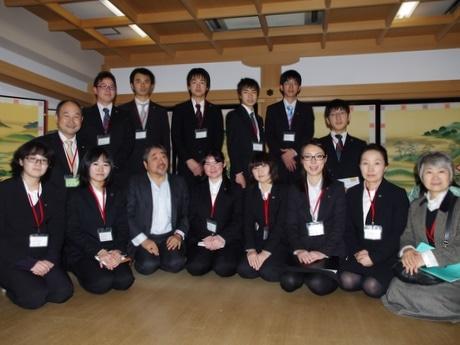 京都の老舗巡るバスツアー、皇学館大学の学生が京都の伝統文化に触れる(写真は「井筒」9代・井筒與兵衛社長と記念撮影)
