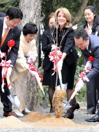 キャロライン・ケネディ米大使、伊勢神宮内にハナミズキ植樹