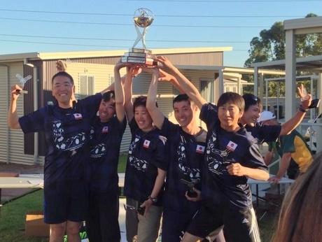 ブーメラン世界大会で日本チーム優勝-志摩出身の濱口雅也さんも貢献(写真は優勝カップを6人で持ち上げる日本代表、一番右が濱口さん)