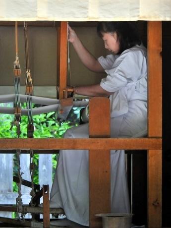 アマテラスの絹と麻の衣、織り上がる-伊勢神宮で「神御衣奉織鎮謝祭」(写真は和妙を織る織子)