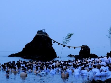 夏至の日にふんどし・白装束姿でみそぎ-伊勢・二見興玉神社夫婦岩の海で