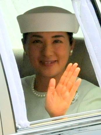 皇太子ご一家初の伊勢神宮参拝、雅子さまは真珠のアクセサリーを身に着けて