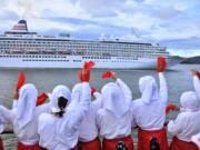 日本最大クルーズ船「飛鳥II」、赤いハンカチ振る海女に見送られ鳥羽を出港