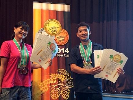 伊勢角屋麦酒、国際ビアカップで最多の12部門で入賞-金賞も2つ(写真は「インターナショナル・ビアカップ2014」の表彰式の様子。右が出口善一さん、左が金沢春香さん)