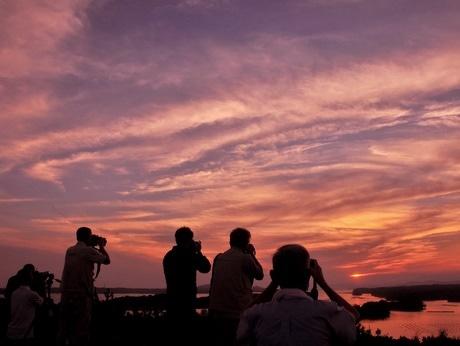 英虞湾に落ちる夕日が美しい季節に-ともやま公園に大勢のカメラマン